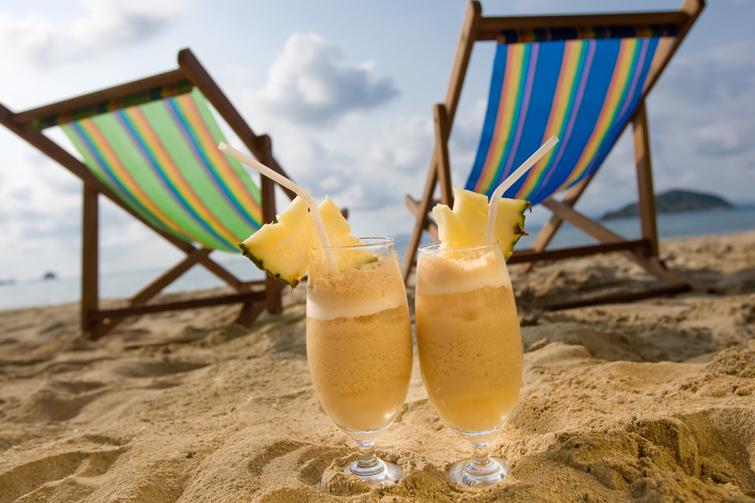 Solstoler og drinker. Foto