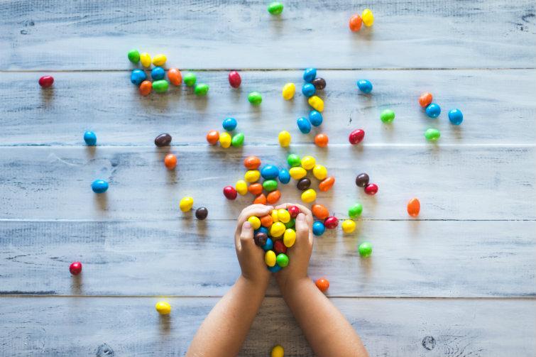 Barnehender holder godteri, foto