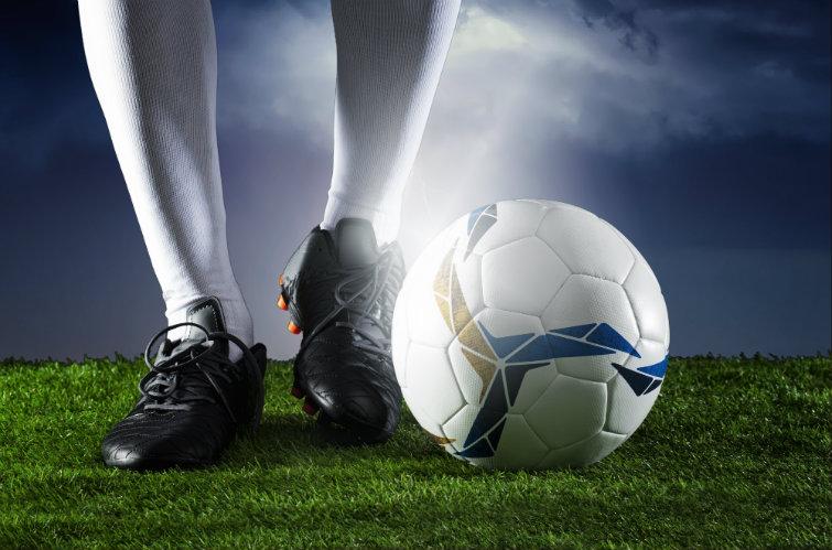 Fotballspiller med ball. Foto.