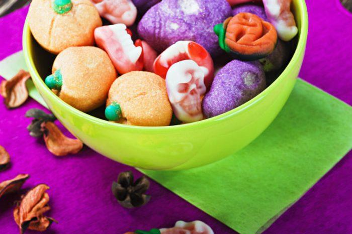 Halloween-godteri i skål. Bilde